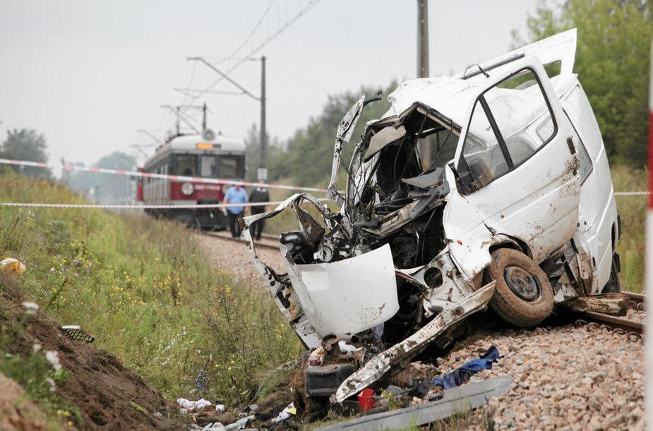 Lenkijoje – sausakimšo mikroautobuso ir traukinio kaktomuša.