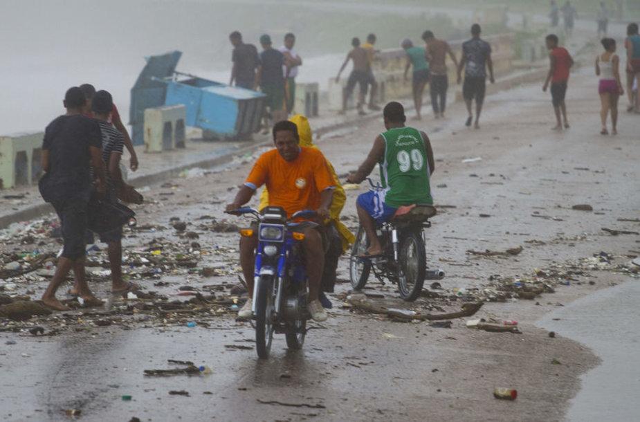 Atogrąžų audra Isaac pasiekė sausumą pietų Haityje.