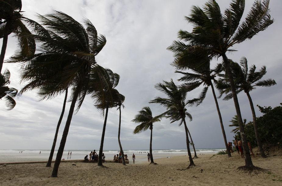 Atogrąžų audra Izaokas pasiekė Kubą ir artėja prie Floridos.