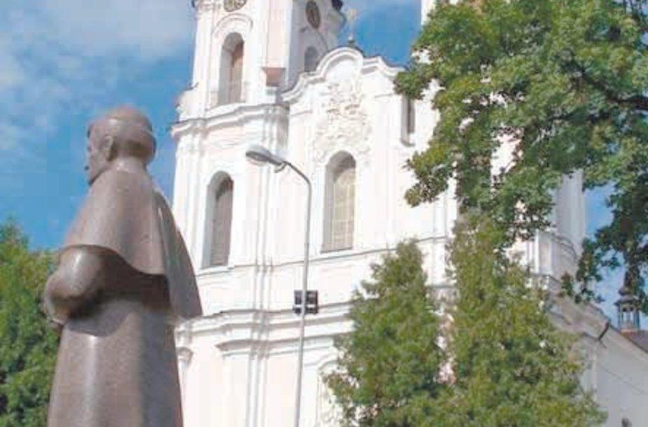 Seinuose prie bažnyčios stovi paminklas vyskupui A.Baranauskui.