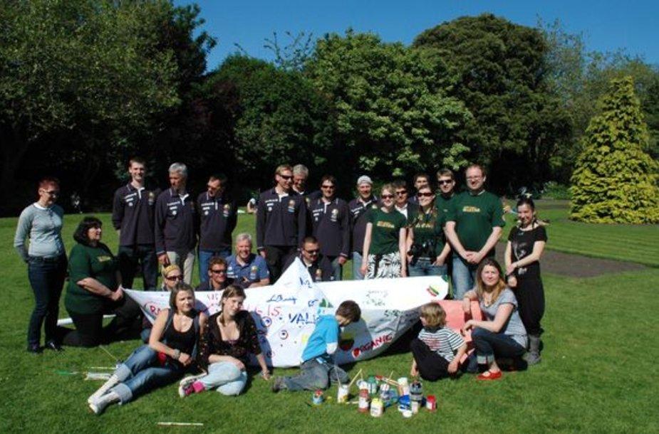 Airijos lietuviai Tūkstantmečio Odisėjos įgula pagerbė parke.