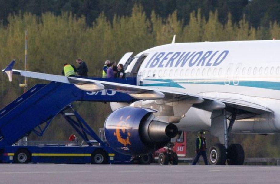 """Kanarų salose avariniu būdu leidosi keleivinis lėktuvas """"Airbus A320""""."""