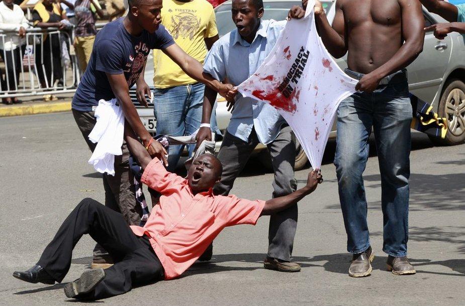 Kenijos policija vaikė ašarinėmis dujomis prezidento posto siekusio Railos Odingos šalininkus.