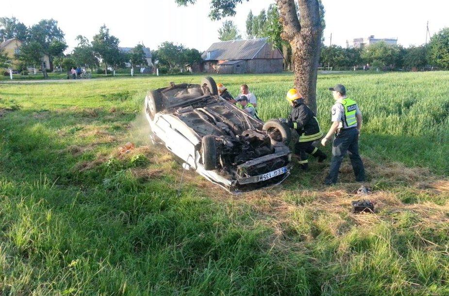 Tauragės rajone girtas vairuotojas nuskriejo nuo kelio ir apvirto.