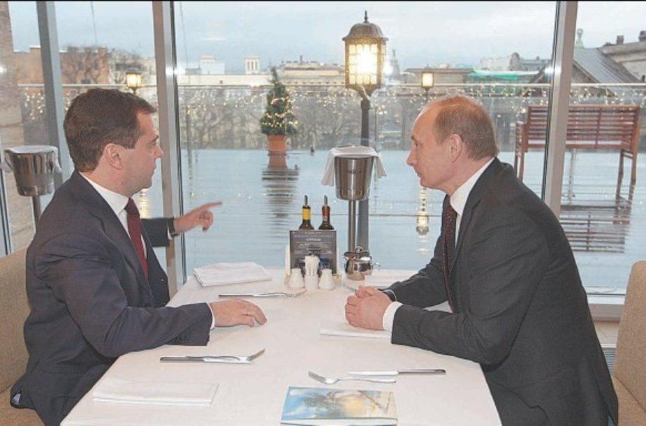 Apžvalgininkai tvirtina, kad D.Medvedevo ir V.Putino tandemas tebeveikia. Po suvažiavimo lyderiai susitiko pasikalbėti ir pavalgyti Sankt Peterburgo restorane.