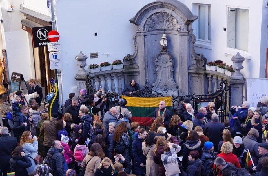 Briuselio simbolis pasipuošė lietuvių tautiniais rūbais.