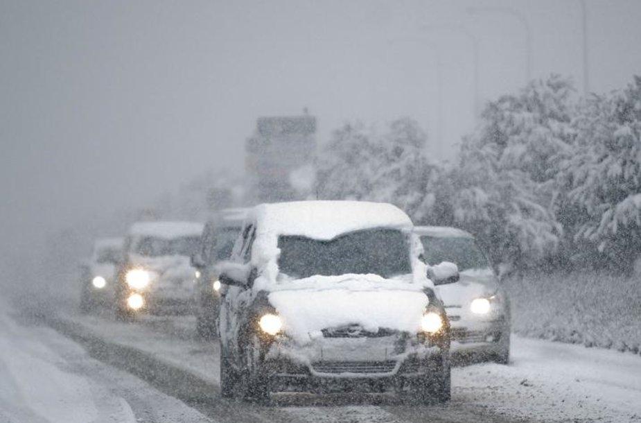 Siaučiant pūgai, vairuotojai priversti vairuoti itin atsargiai.