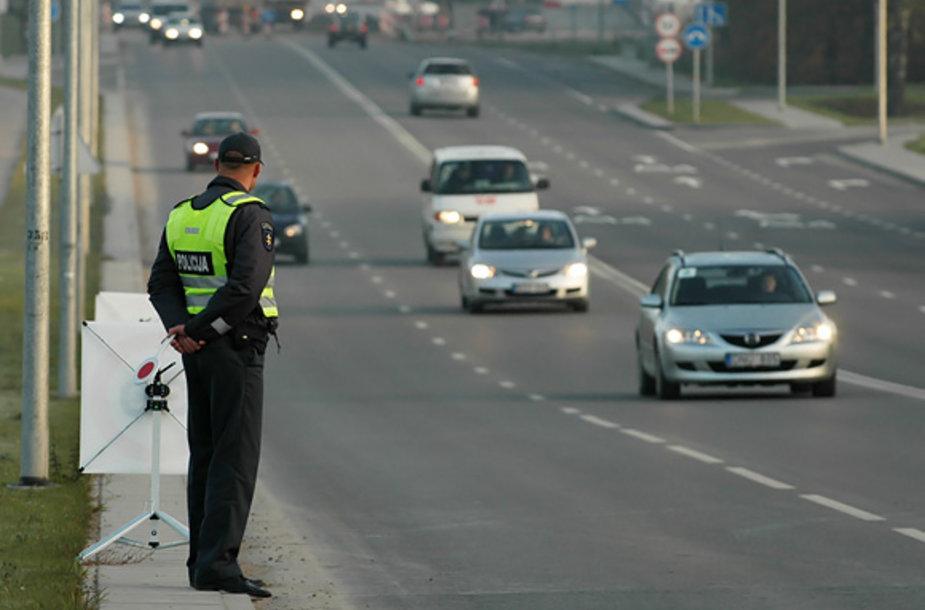Policininkas stebi eismą.