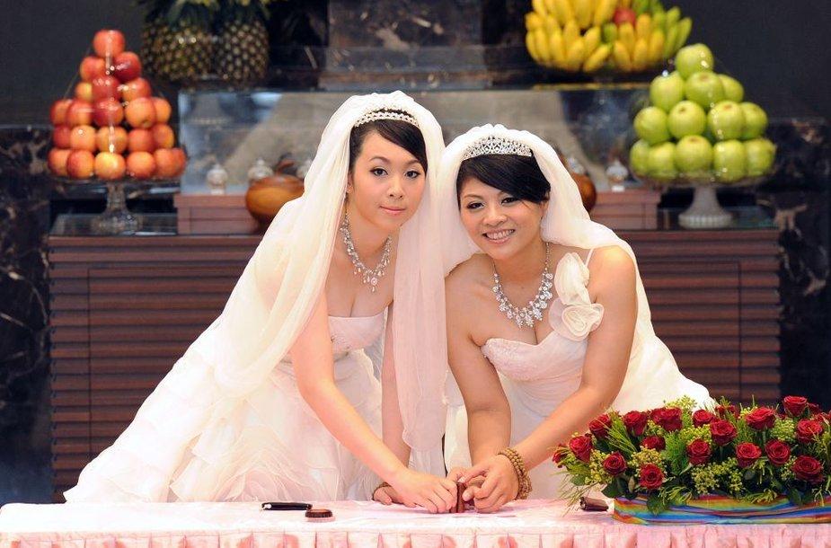 Taivane pagal budistų papročius pirmąkart susituokė dvi moterys.