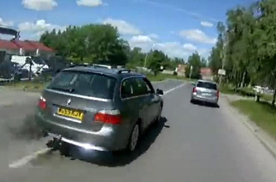 Šio BMW vairuotojas nustūmė motorolerio vairuotoją