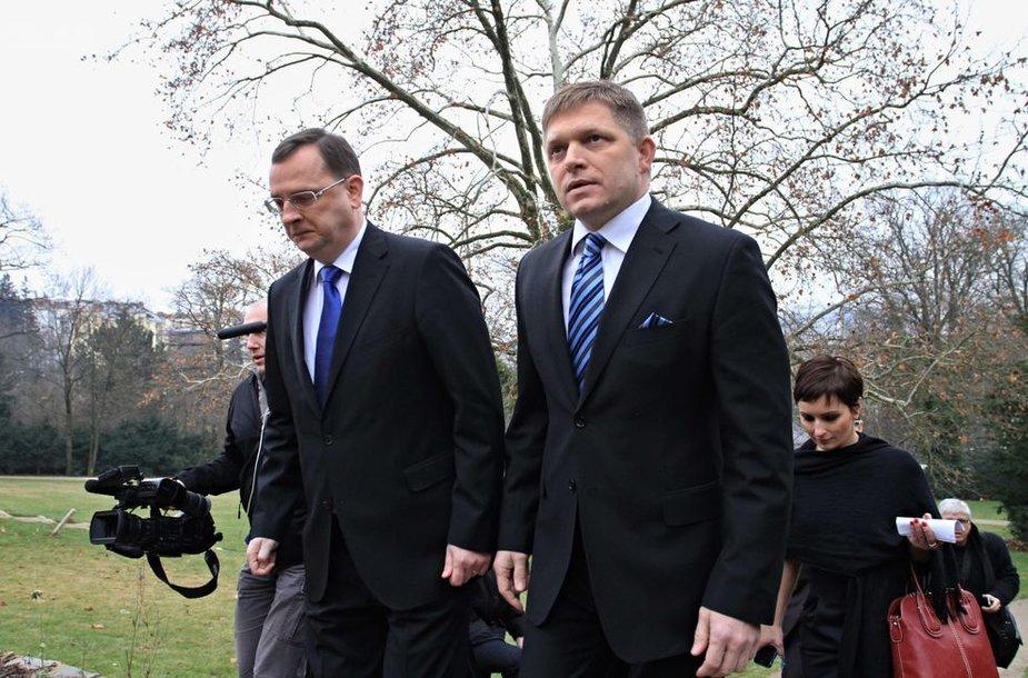 Čekijos premjeras Petras Nečasas (kairėje) ir Slovakijos Ministras Pirmininkas Robertas Fico susitikimo metu.