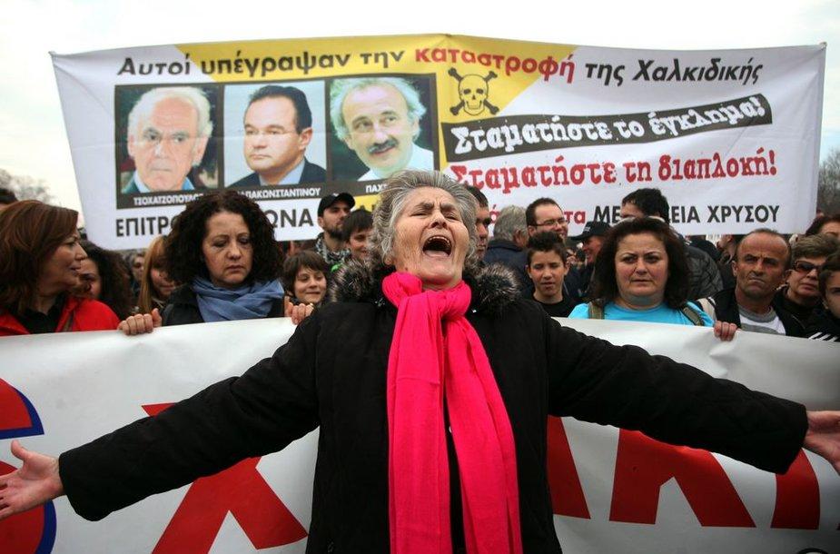 Graikų protestas prieš Kanados anglies kasybos kompaniją Salonikuose.