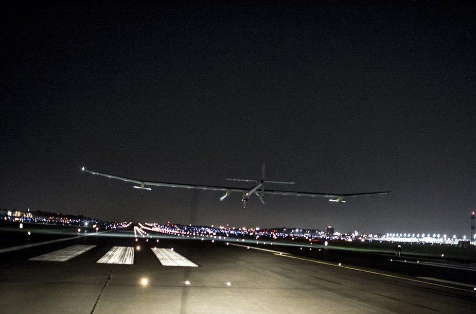 """Vienvietis saulės energija varomas lėktuvas """"Solar Impulse"""" anksti sekmadienį nutūpė netoli JAV sostinės."""