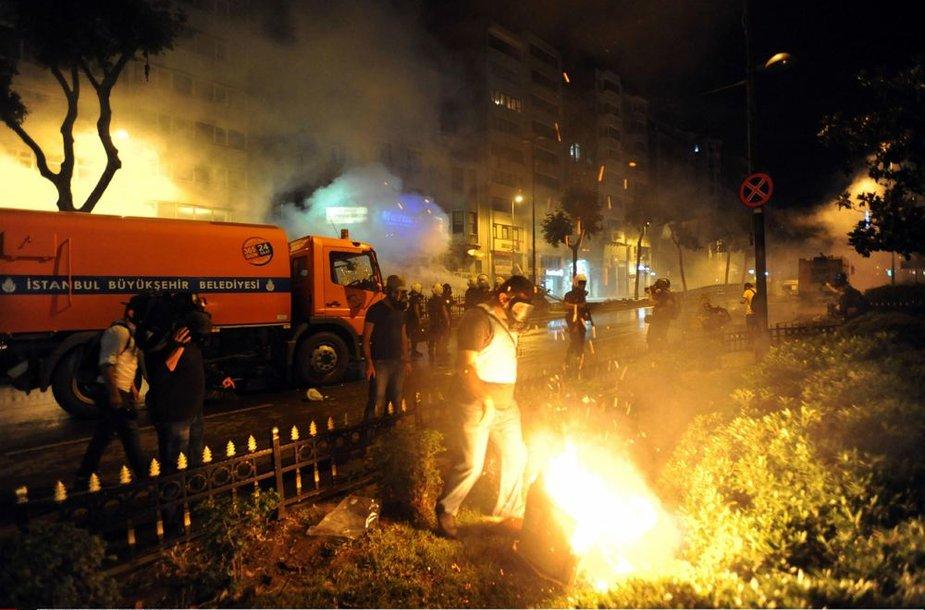 Turkijos policija šeštadienį su ašarinėmis dujomis ir vandens patrankomis šturmavo Stambulo Gezi parką.
