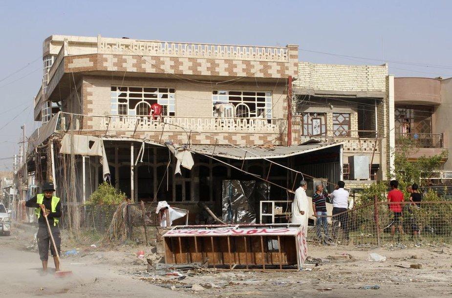 Po automobilio sprogimo irakietis Bagdade šluoja nuolaužas