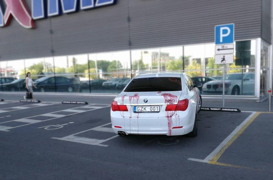 BMW neįgaliųjų vietoje