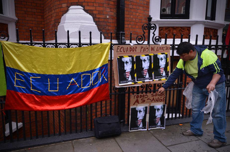 Juliano Assange'o šalininkas Londone prie Ekvadoro ambasados