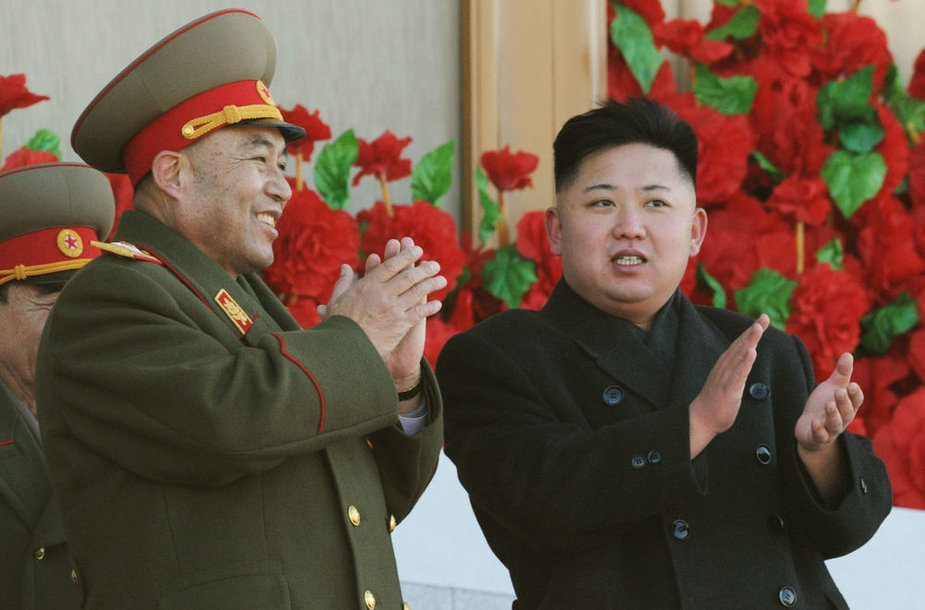 Ri Yong-ho (kairėje) ir Kim Jong-unas vasarį dar kartu priiminėjo karinį paradą.