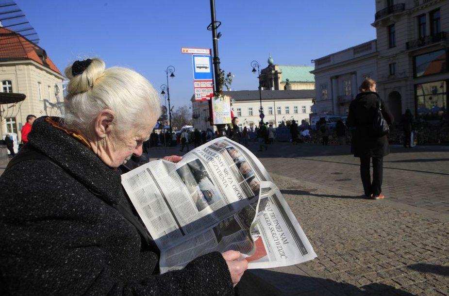 Varšuvietė skaito laikraštį.