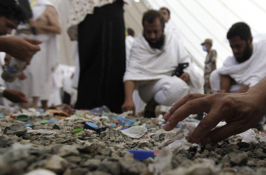 Maldininkai prieš apeigas prisirenka akmenukų.