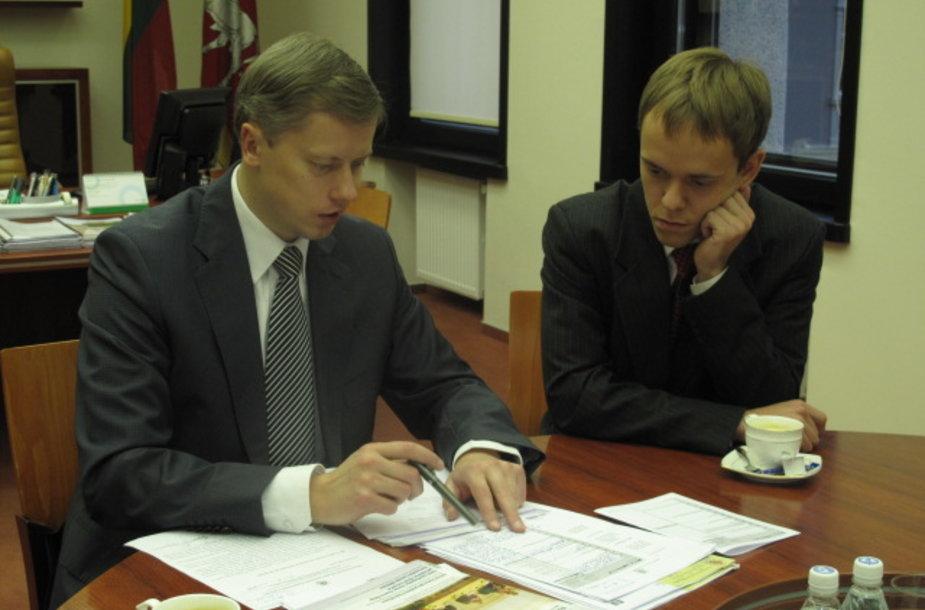 Kauno miesto meras Andrius Kupčinskas (kairėje) ir vieną dieną jį poste pakeitęs KTU studentas Jokūbas Raila