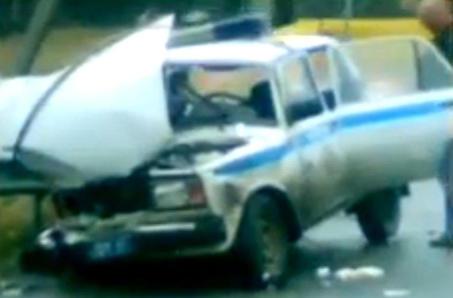Sudaužytas policininkų automobilis