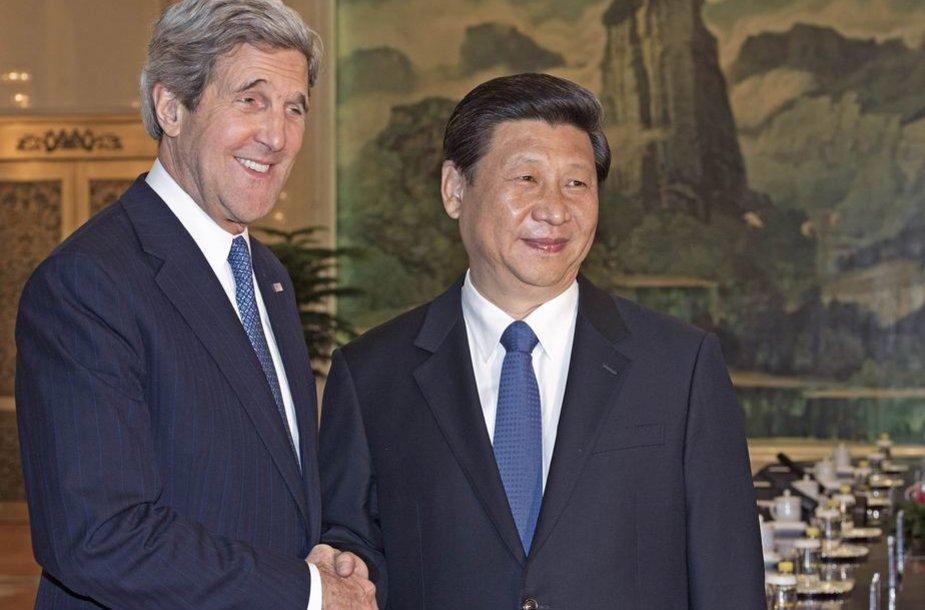 Johnas Kerry ir Xi Jinpingas