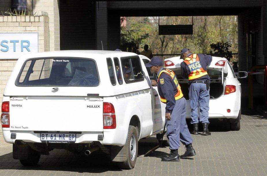 Policininkai tikrina į ligoninės teritoriją įvažiuojančius automobilius.