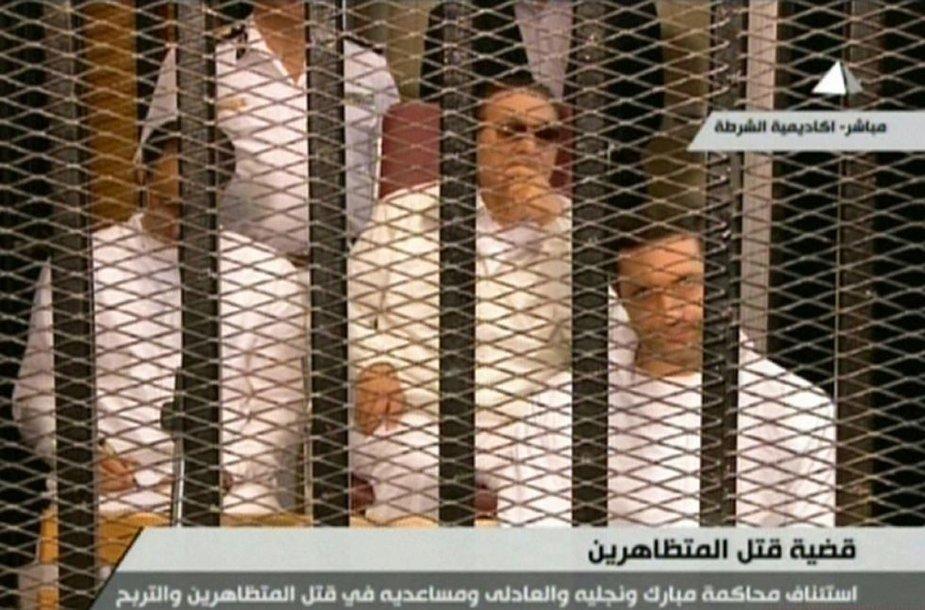 Hosni Mubarakas su savo sūnumis teismo narve