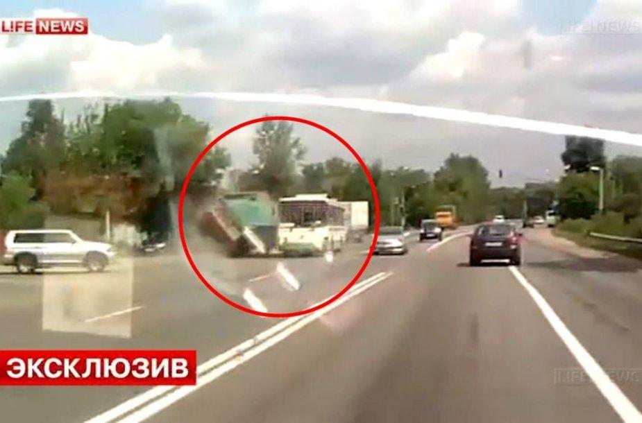 Po akimirkos sunkvežimis rėžėsi į autobusą.