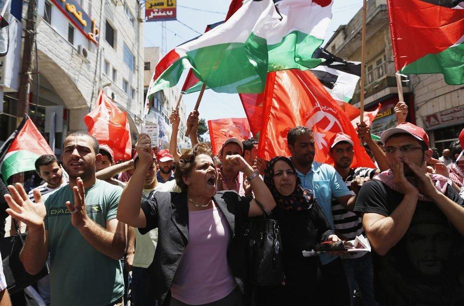 Ramaloje palestiniečiai protestavo prieš taikos derybų su Izraeliu atnaujimą.