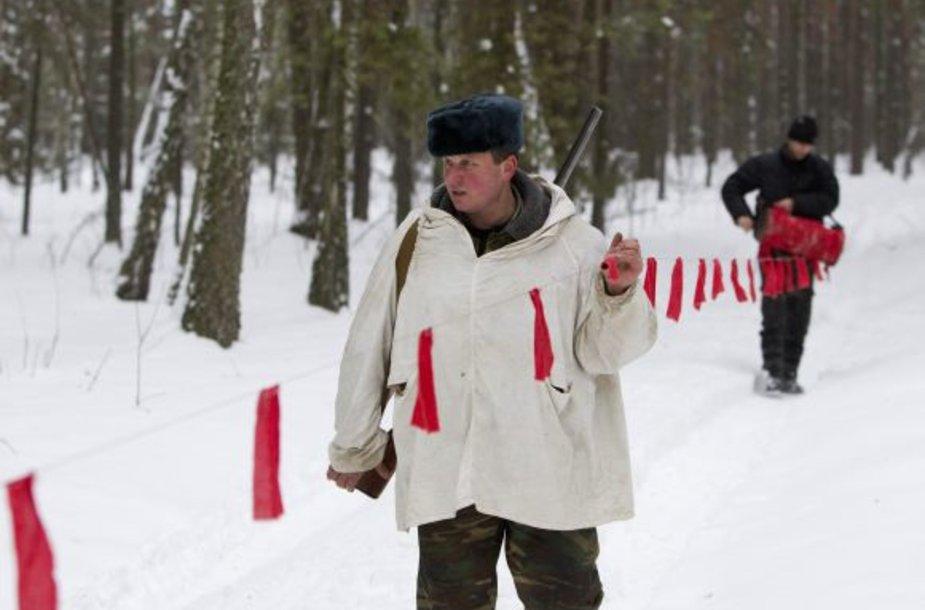 Vilkai nedrįsta prisiartinti prie juostos su raudonomis vėliavėlėmis. Tai juos ir pražudo.