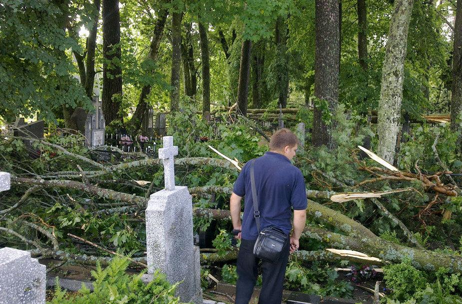 Taip atrodė Šalčininkų kapinės pirmadienio rytą