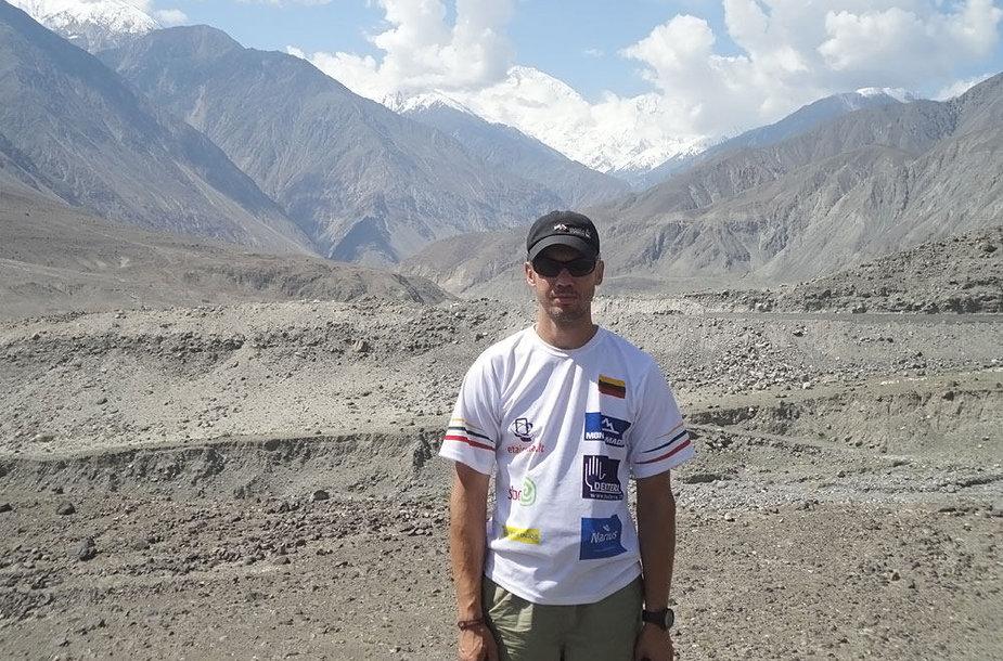 """Ernestas Nanga Parbat (8125 m) fone. Šis kalnas yra vienas pavojingiausių pasaulyje, jis pramintas """"kalnu žudiku"""". Tikras kalno pavadinimas reiškia """"Nuogas kalnas""""."""