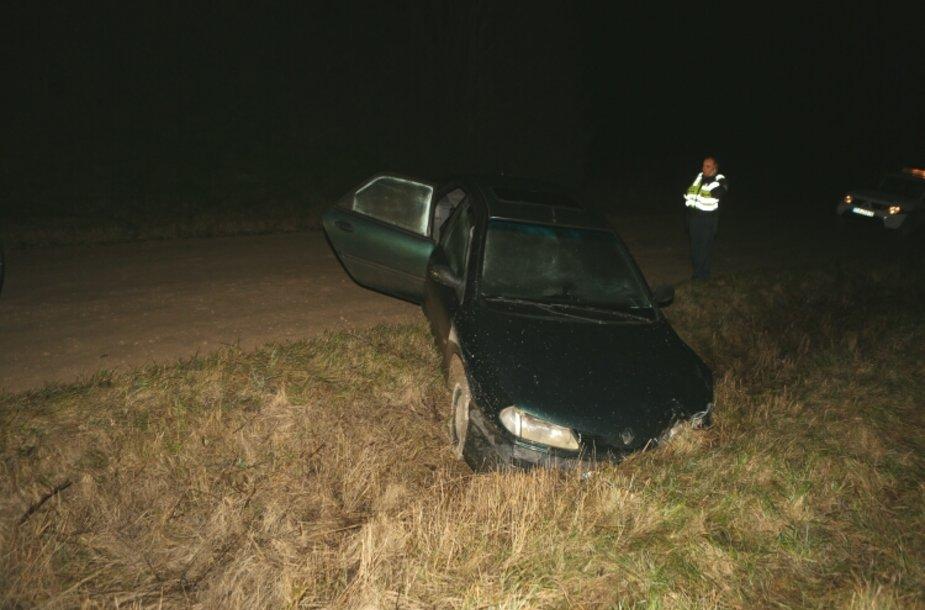 Įskriejęs į griovį, vairuotojas bandė sprukti laukais