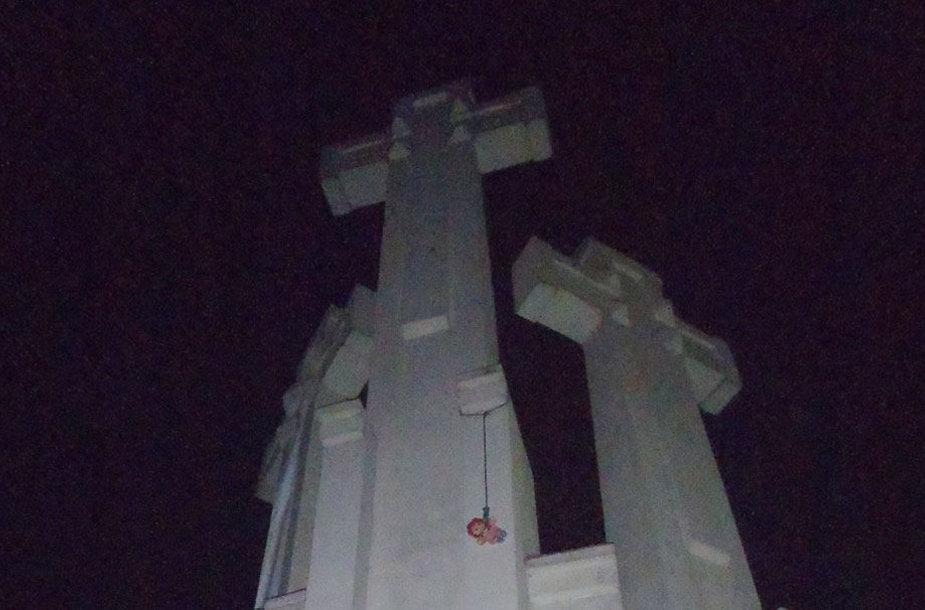 Lėlė ant Trijų kryžių paminklo