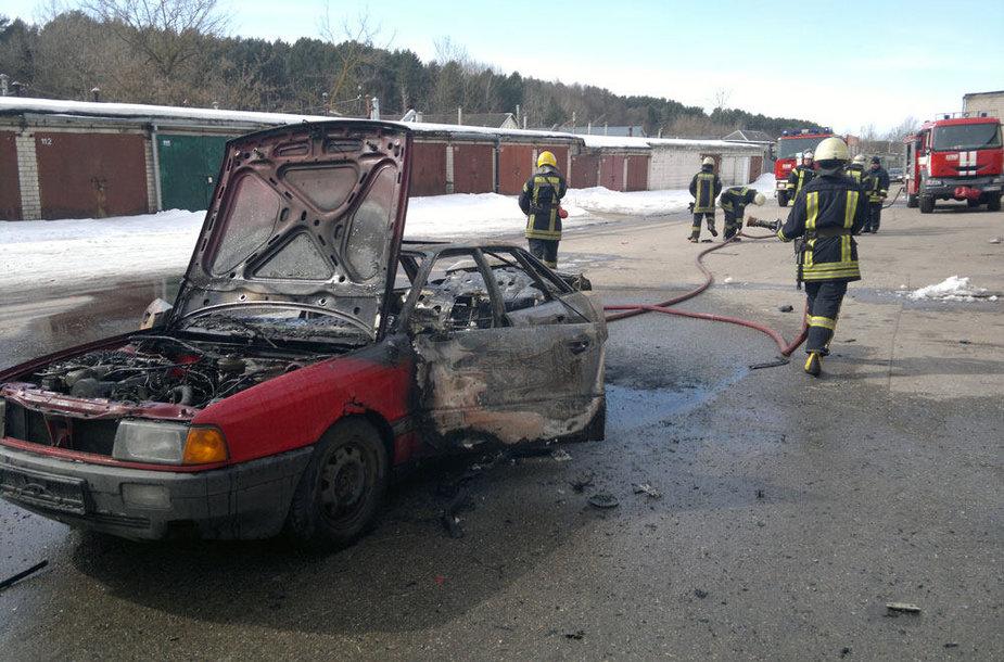 """Vilniuje sudegė automobilis """"Audi"""""""