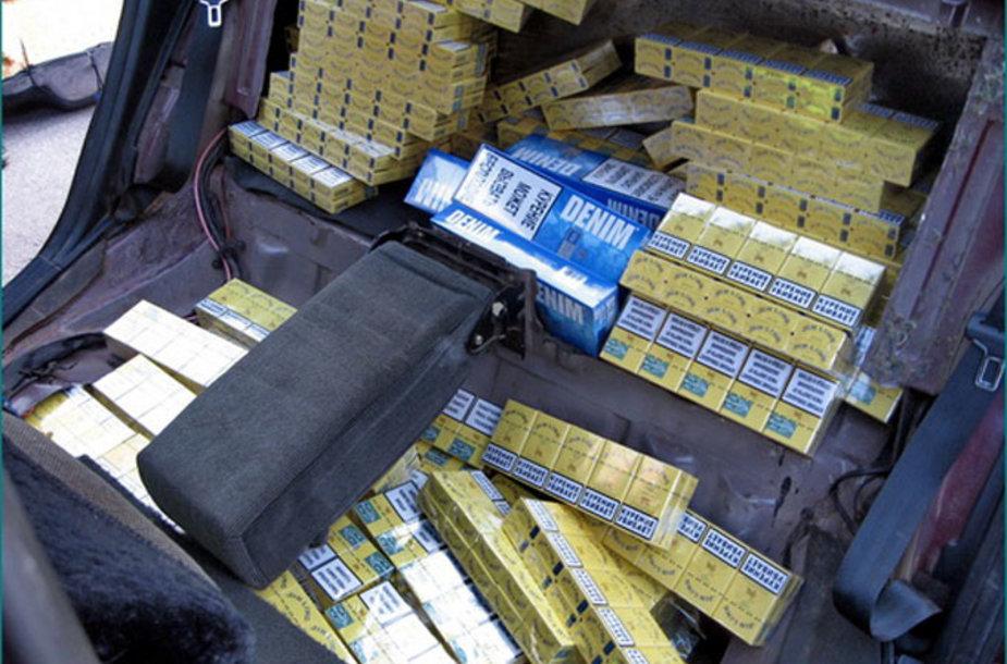 Kontrabandinės cigaretės bėglio automobilyje