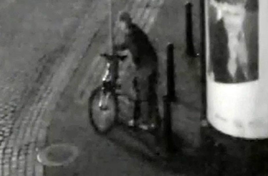Įtariamasis prie dviračio, kurį netrukus pavogė