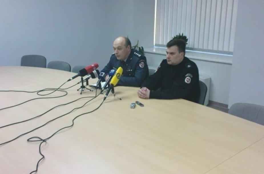 Vilniaus policijos šefas K.Lančinskas (kairėje) ir jo pavaduotojas R.Dervinskas savo pavaldinių darbu antradienį prie Seimo liko labai patenkinti.