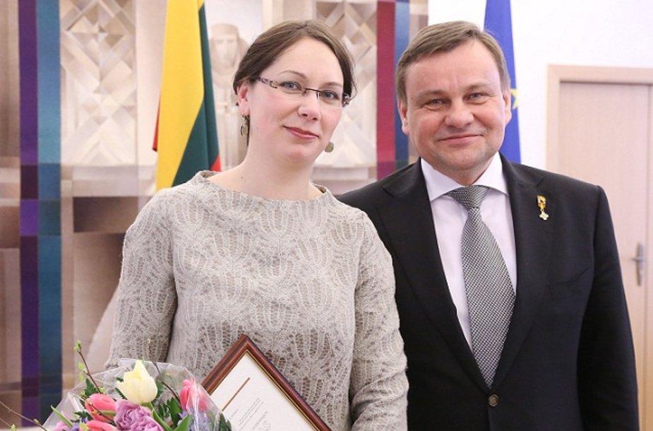 Seimo pirmininkas Vydas Gedvilas istorikei dr. Giedrei Milerytei įteikė 2013 metų Valstybės Nepriklausomybės stipendiją.