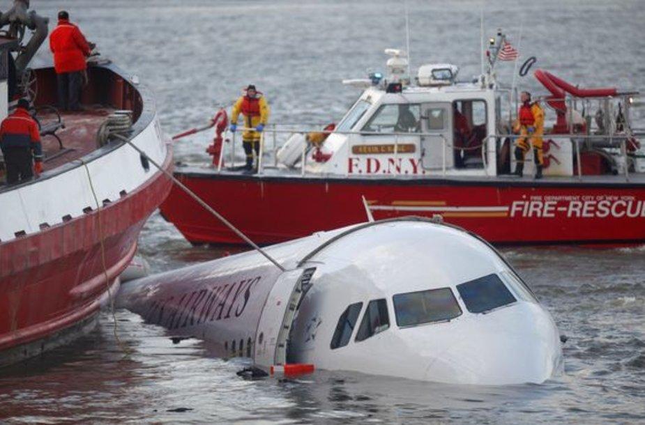"""Kompanijai """"US Airways"""" priklausančiam laineriui teko leistis į upę."""