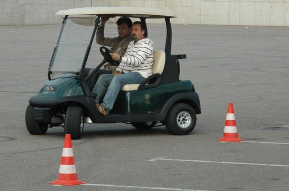 Ramūnas Fetingis moko Marijų Žiedą vairuoti.
