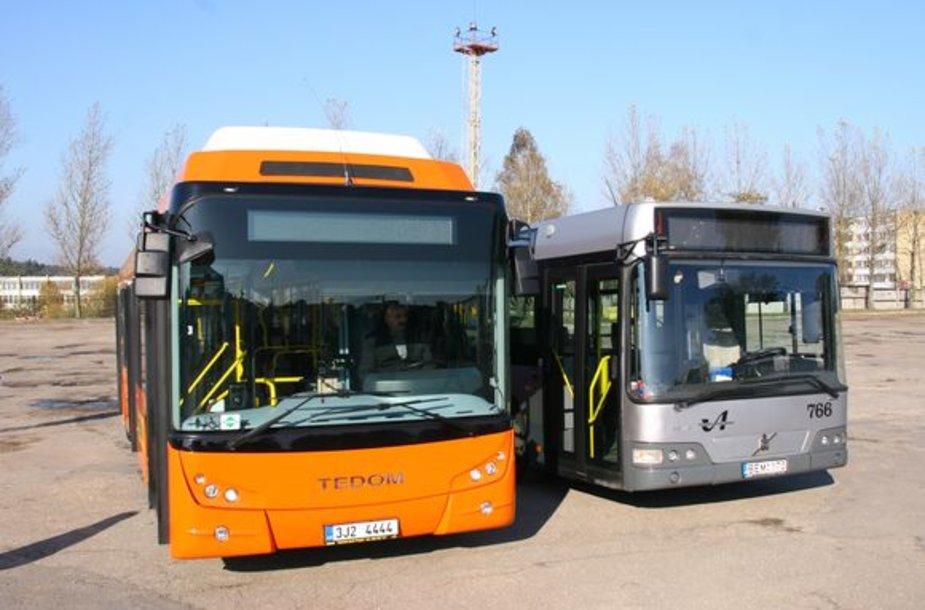 Senasis autobusas nublanksta prieš senąjį modelį
