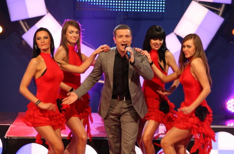 Koncerto metu D.Zvonkų scenoje apsupo seksualios moterys raudonomis suknelėmis.
