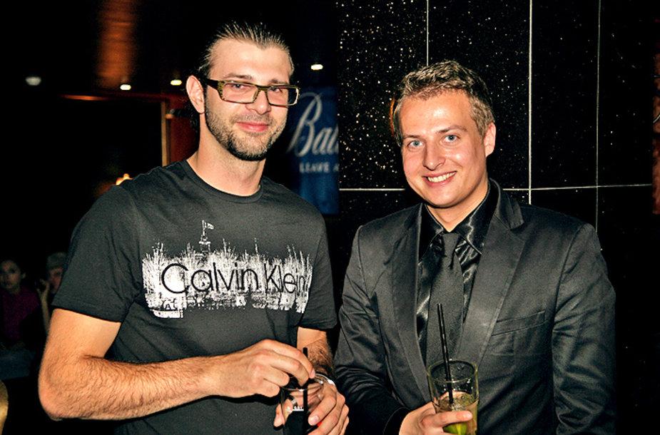 D.Polskij (kairėje) džiaugiasi bakalauro diplomu.