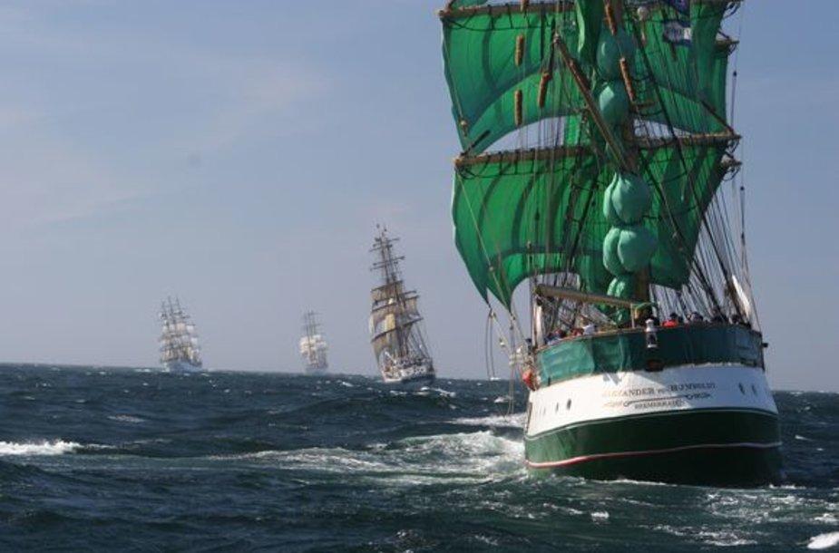 """Klaipėdoje švartuosis daugiau kaip šimtas burlaivių. Iš jų daugiau kaip 20 ilgesnių nei 40 metrų. Vienas tokių – vokiečių laivas """"Alexander von Humboldt""""."""