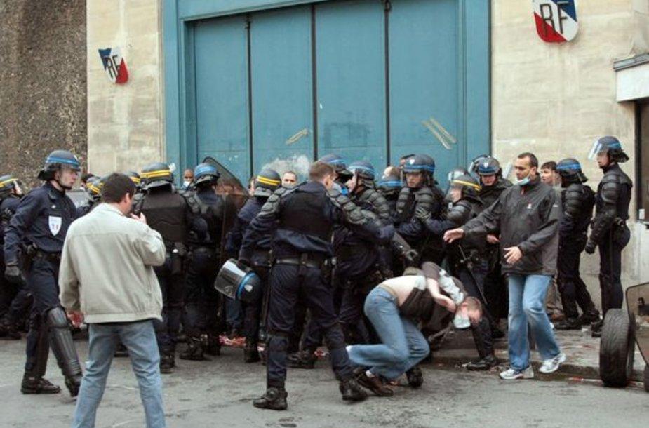 Prancūzijos riaušių policija tramdė kalėjimų prižiūrėtojus.