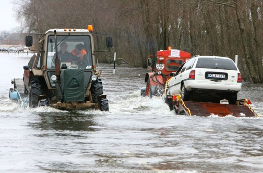 Prasidėjus potvyniui per parą kelio ruože Šilutė-Rusnė perkeliama apie 700 automobilių.