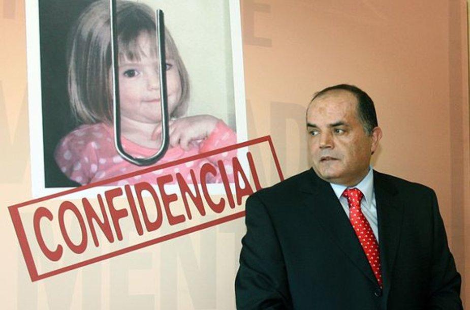 Detektyvas Goncalo Amaralas pozuoja šalia mergaitės plakato.